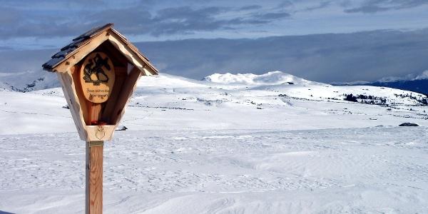Ein Kreuzweg führt über die Villanderer Almen im Eisacktal zum Totenkirchl