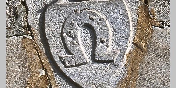 In Stein gemeisselte Darstellung des Wappens der Gemeinde Pfitsch im Pfitschtal