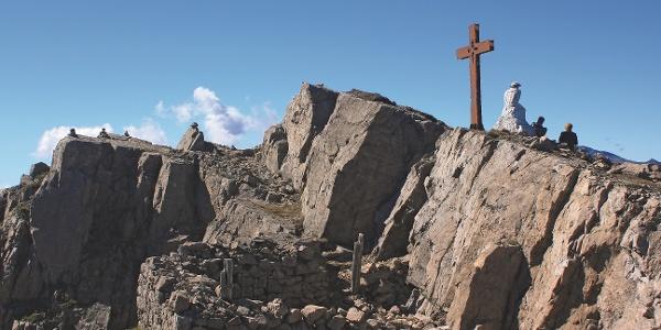 Marmorchristus, davor unterhalb der Felswand Reste des Ersten Weltkrieges