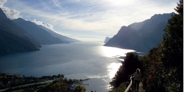 Ein glänzender Spiegel im Sonnenlicht: der obere Gardasee vom Kammweg zum Monte Brione