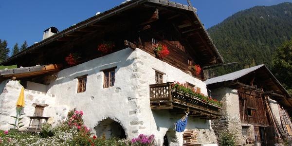 Von Schenna hinauf zum urigen Berggasthof Gsteier.