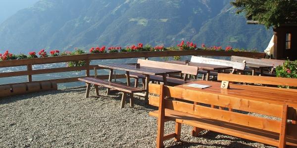 Der Wanderer wird mit einer aussichtsreichen Terrasse am Brandhof belohnt.