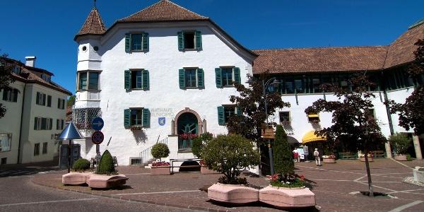 Der Ausgangspunkt der Rundwanderung von St. Michael nach St. Pauls ist am Rathaus (Platzegg).