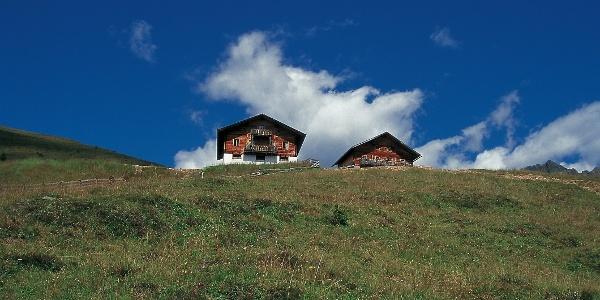 Die Hütten der Uwaldalm hoch über dem innersten Gsieser Tal.