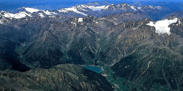 Eine Luftaufnahme des inneren Schnalstales mit den Ötztaler Alpen. Auf diese hat man von der Trumser Spitze einen grandiosen Ausblick.