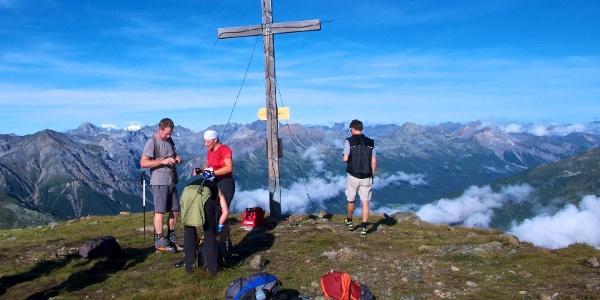 Geschafft! Das Gipfelkreuz des Piz Chavalatsch hat man erreicht. Mit dieser herrlichen Aussicht kann man sich gut vom langen Aufstieg erholen.