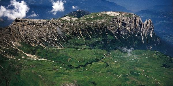 Die weitläufigen Hochflächen der Seiser Alm mit dem Schlern im Hintergrund.