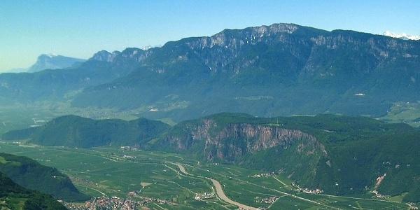 Der Unterberg mit seinen steil ins Unterland abfallenden Porphywänden.