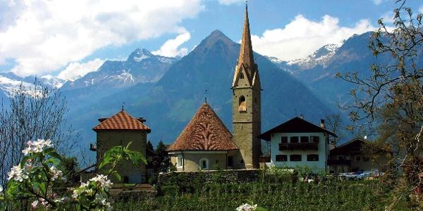 St. Georgen mit seiner sehenswerten Kirche oberhalb von Schenna