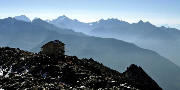 Die Schwarzensteinhütte gegen die Rieserfernergruppe