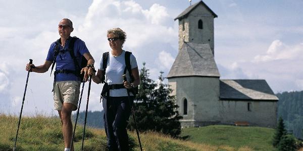 Eintauchen in die Ruhe am Vigiljoch, vorbei am bekannten Höhenkirchlein.