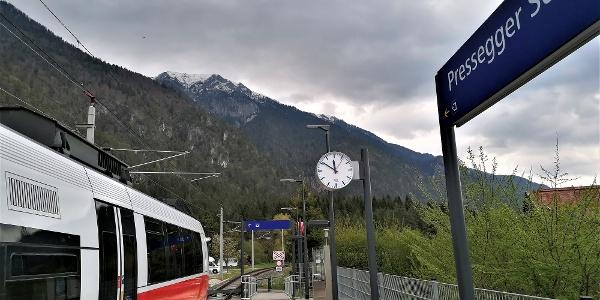 Ausgangspunkt der Variante zum Julius-Kugy-Dreiländerweg bei der Hst. Pressegger See - dahinter die östlichen Teile der Gailtaler Alpen -