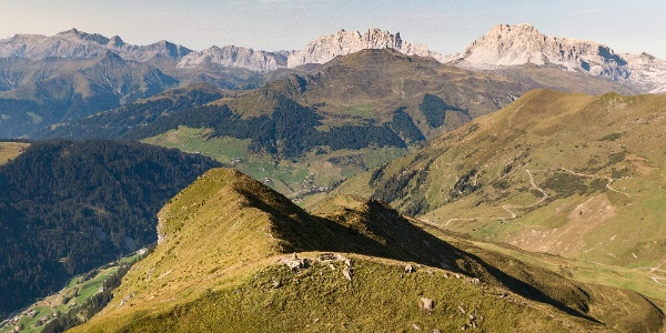 Prättigauer Höhenweg auf dem Jägglischhorn mit Sicht Richtung St. Antönien