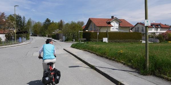 Säumerweg - hier verlassen wir die ausgeschilderte Radroute und biegen nach rechts in die Plöckensteinstraße ein.