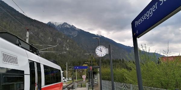 Start zur Anbindung an die 28. Etappe des Julius-Kugy-Dreiländerweges bei der Hst. Pressegger See – im Hintergrund die Gailtaler Alpen mit der Graslitzen