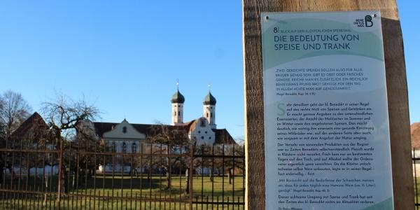 Kloster Benediktbeuern mit Stele Benediktusweg