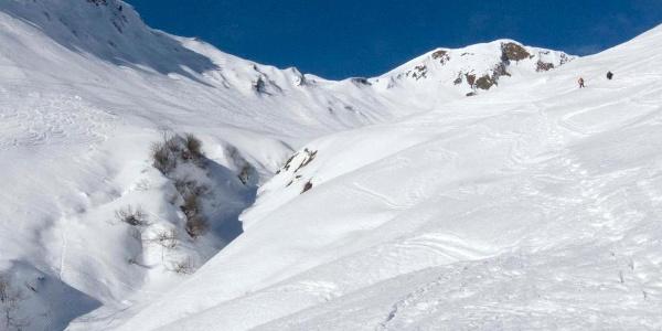 Weitläufige Skihänge an der Güntlespitze; hinten das Derrenjoch