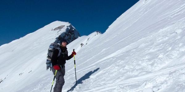 Der Gipfelanstieg schwingt sich neben der bizarren Hochschrutte stramm auf.