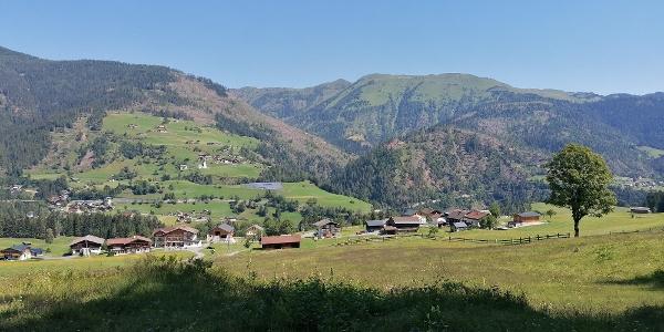 am nordöstlichen Ende des Wolayer Tals: ein Blick nach Nordosten auf Wodmaier, Birnbaum und Kornat - dahinter Schatzbühel und Mussenhöhe