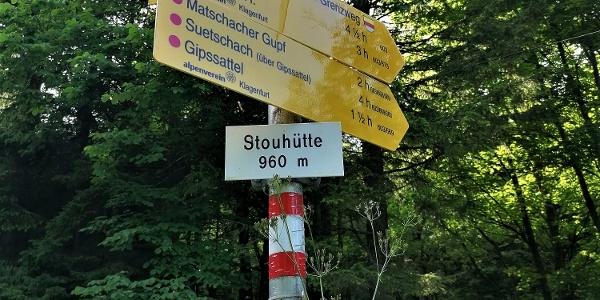 "Stouhütte, altes Gebäude – Wanderausgangspunkt mit Hinweis ""Bärensattel"", Weg-Nr. 672"