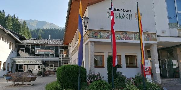Start zur Streckentour: das Gemeindeamt mit dem Besucherzentrum des GeoParks Karnische Alpen in Dellach – Südansicht – dahinter die Jauken mit dem Torkofel