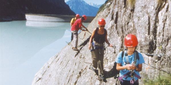 Klettersteig-Geher am Altesch-Klettersteig um den Gibidum-Stausee.