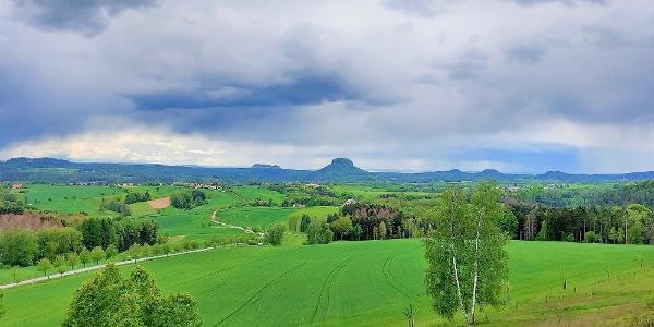 Aussichtsreicher Blick zum Pfaffenstein, Festung Königstein, Lilienstein, Bärensteinen und Rauenstein