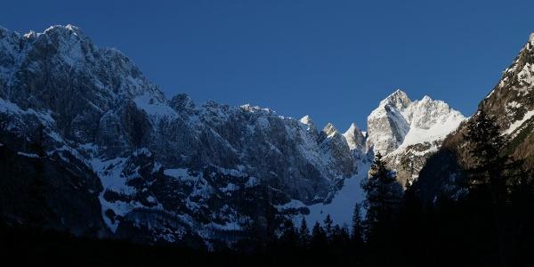 Jutranji pogled skozi dolino Tamar proti Jalovcu