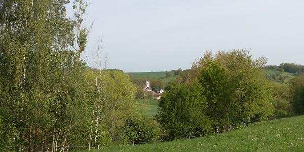 Oberhalb des Speichers Schöna mit Blick auf die Kirche von Saara