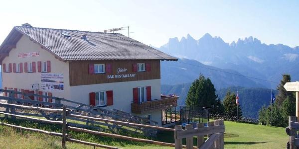 Vom Gasthof Pension Geisler auf der Plose geniesst man hervorragende Aussicht auf die Dolomiten.