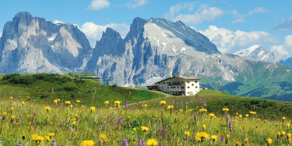 The location of the mountain restaurant Bullaccia above the Alpe di Siusi provides great views.