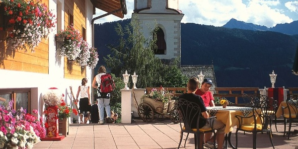 The sunny terrace of the Tonnerhof hotel in Racines offers a perfect view.