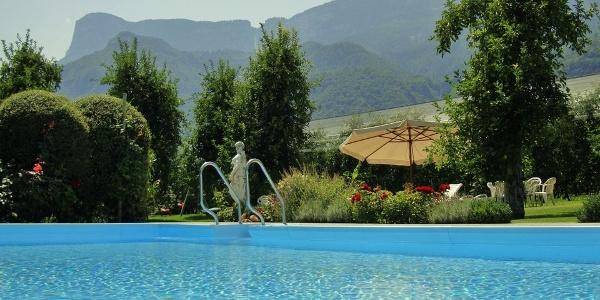 The pool in the garden of the Krösshof bed&breakfast in Nalles takes care for refreshment!