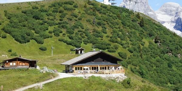 In Pflersch oberhalb Ladurns liegt die Edelweisshütte in bezaubernder Landschaft.