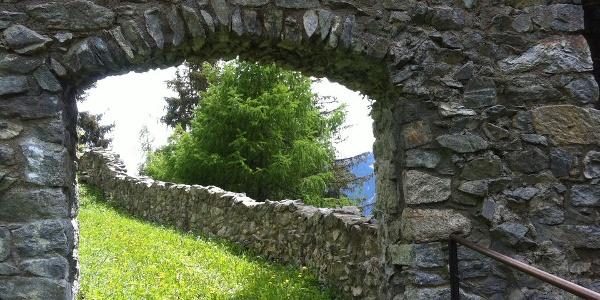 Das Eingangstor zur Ruine.