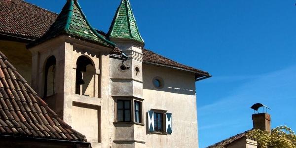 Ansitz Gleifheim in Eppan-Pigenò mit Kapelle.