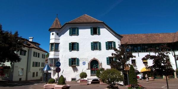 Der Ansitz Platzegg ist heute Rathaus der Gemeinde Eppan.