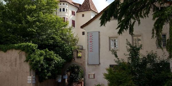 Schloss Kallmünz liegt etwas versteckt hinter dem Sandplatz in Meran.