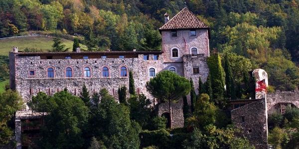 Burg Wangen-Bellermont liegt auf steilem Felsen über der Sarner Schlucht.