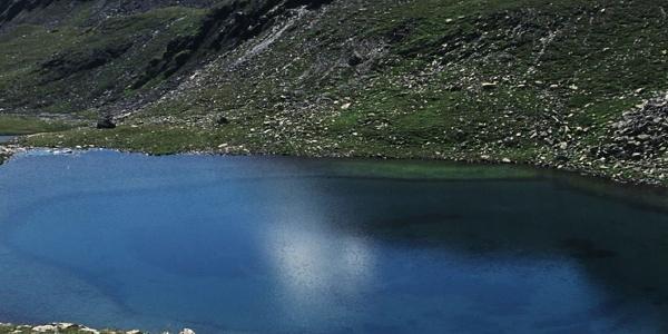 Der See wird von höher gelegenen Quellen gespeist.