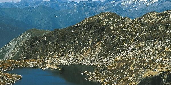 Eine Ansammlung mehrerer Seen hoch über Ahornach