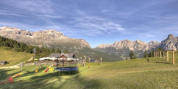 Die La Marmotta Hütte ist im Sommer ein ideales Ausflugsziel für Wanderungen hoch über Corvara