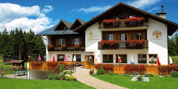 Gut versorgt und aufgehoben sind Urlauber und hungrige Wanderer im Gasthof Schneiderwiesen oberhlab von Leifers.