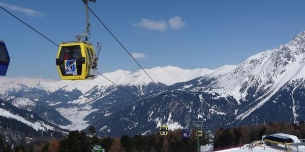Genießt das atemberaubende Panorama während einer Fahrt mit der Kabinenbahn Piz Schöneben.
