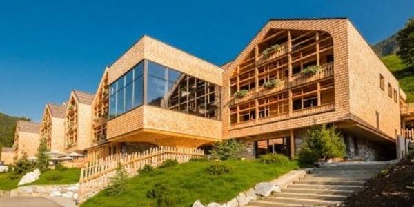 Like fir cones, the luxurious gourmet hotel Tenne towers above the spectacular Racines Nature eldorado! /