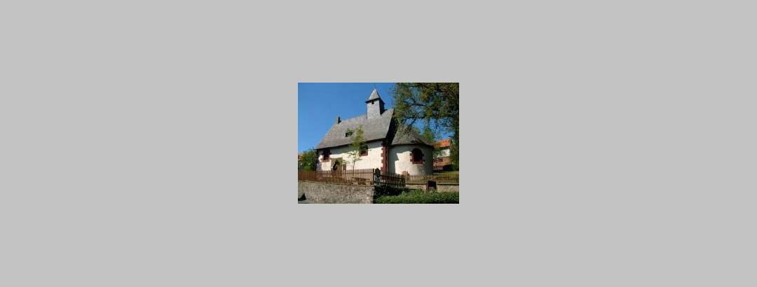 Steinkirche in der Dorfmitte von Altenvers