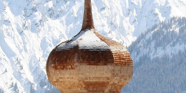 Blick auf Zwiebelhaube und Bergkulisse