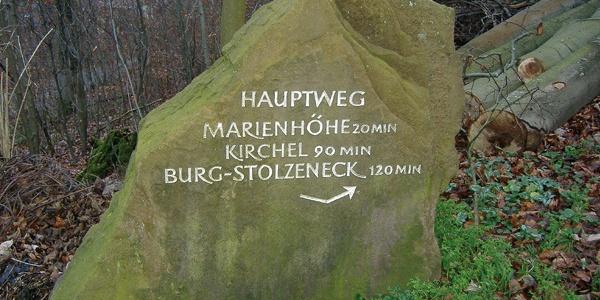 Wegweiser am Waldparkplatz Marienhöhe