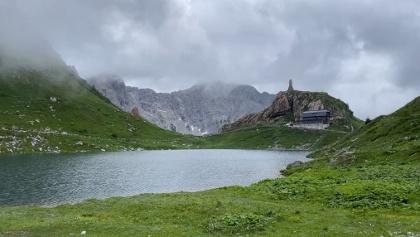 Wolayerseehütte mit See