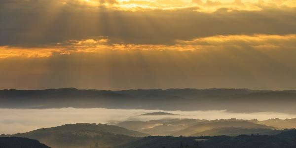 Nyári napfelkelte a bárnai Nagy-kőről nézve
